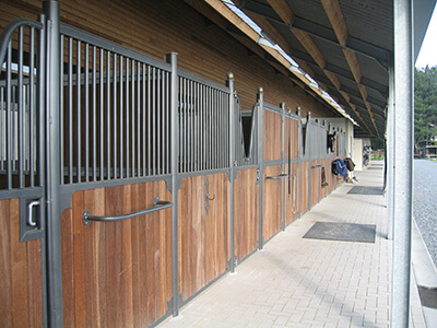 Constructions Louwet SA - Construction de manège dans la province de Liège - Manegebouw in provincie Luik - Construction métallique - Metaalbouw - Colonnes métallique avec charpentes - Stalen kolommen